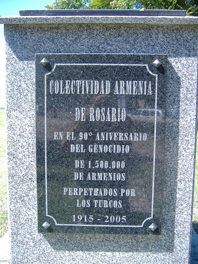 Placa conmemorartiva del 90 aniverario del genocidio armenio, Rosario, Argentina. Fuente: Pablo D. Flores, en Wikicommons