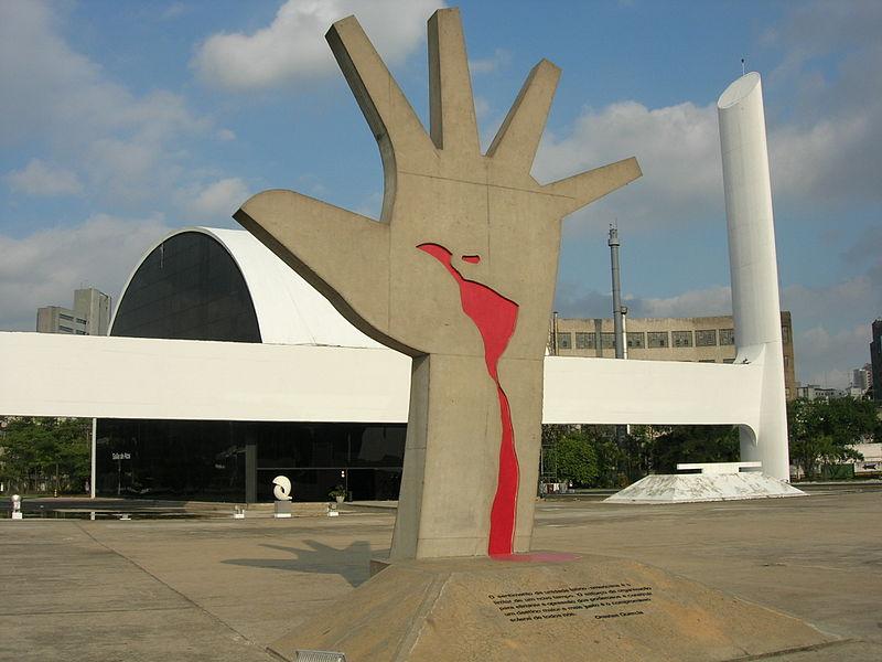 Shot of the ''Mão'' of Oscar Niemeyer, in Memorial da América Latina - São Paulo, SP. Foto tirada por [[pt:Usuário:Gabrielt4e]]
