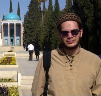 Dante Matta frente a la mezquita