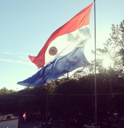 Bandera paraguaya ondea en Asunción | Foto: Christa Rivas