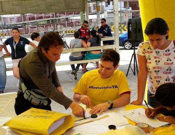Firmando por el revocatorio | Foto: Juan Galíndez