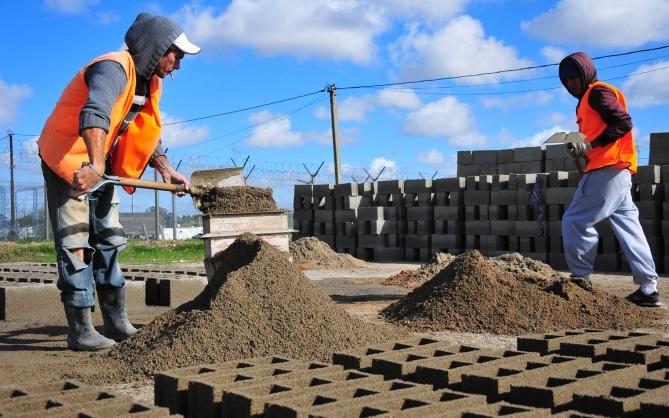 Reclusos en la cárcel de Punta de Rieles (Montevideo, Uruguay) trabajan fabricando bloques | Foto: Gustavo Castagnello