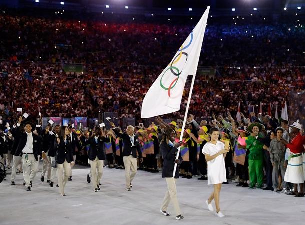Equipo olímpico de refugiados desfila en la inauguración de los Juegos Olímpicos de Río 2016
