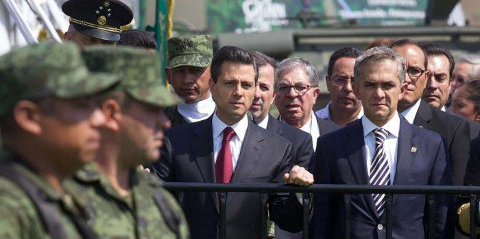 Enrique Peña Nieto y Miguel Ángel Mancera ante elementos de las fuerzas armadas | Foto: Presidencia de la República, México
