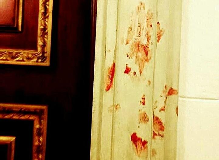 Sangre de parlamentarios y trabajadores mancha las paredes del Parlamento | Foto: Andrea Mesa