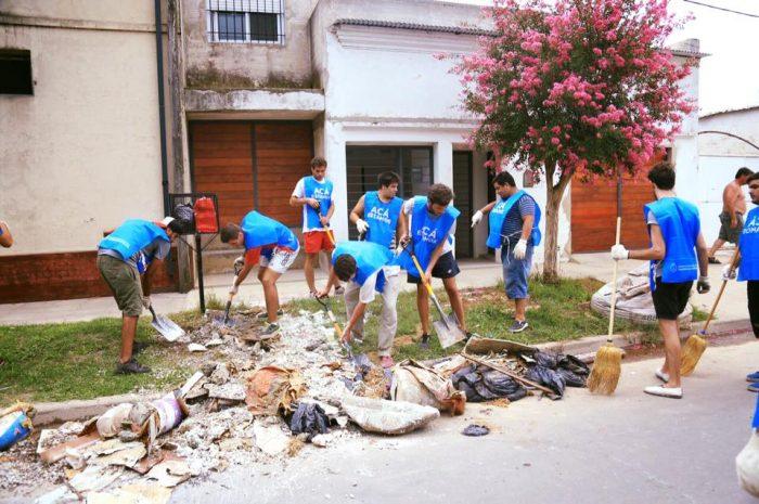 «Para cambiar la realidad hay que involucrarse». Equipo de la Subsecretaría de Juventud en La Emilia ayuda a los vecinos afectados por las inundaciones | Foto: Soy Joven