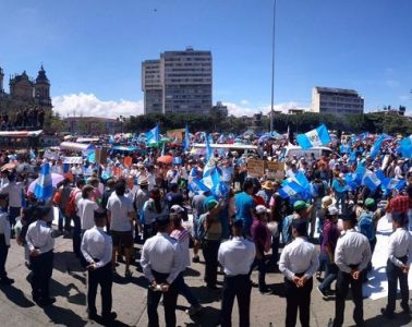 Manifestantes rodean el Congreso de Guatemala, setiembre de 2017 | Foto: Kimberly Lopez