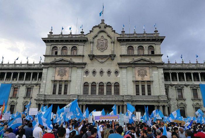Manifestantes rodean el Congreso de Guatemala, setiembre de 2017 | Foto: Rafael Fotografía