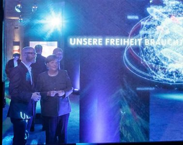 La canciller Angela Merkel y el secretario general de la CDU, Peter Tauber, en la llamada Casa del Programa (#fedidwgugl House) de la CDU en Berlín   Foto: CDU, Tobias Koch
