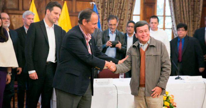 Juan Camilo Restrepo (izq.), jefe negociador del Gobierno colombiano, y Pablo Beltrán (der.), jefe negociador del ELN | Foto: Presidencia de la República