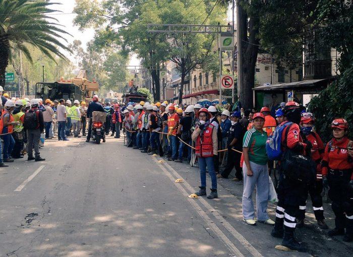 Colaboradores aguardan su turno, listos para cooperar. México, 19 de septiembre de 2017 | Foto: Carlos Sánchez Nieto