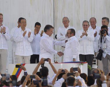 El presidente Juan Manuel Santos y Rodrigo Londoño Echeverri (alias Timochenko) firman el acuerdo de paz. La Habana, 26.09.2016 | Foto: Presidencia El Salvador, vía Flickr