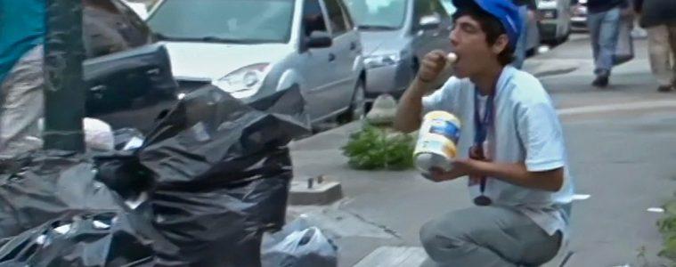 Joven venezolano hurga la basura para comer | Foto: Voice of America, vía Wikicommons