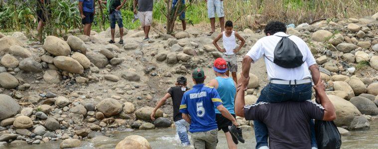 Emigrantes atraviesan el río Táchira, en la frontera de Venezuela con Colombia | Foto de archivo, Daniel Cima para la CIDH, vía Flickr