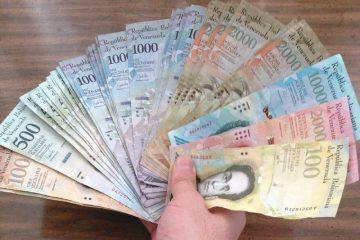 Abanico de billetes que suma 171.500 bolívares, el sueldo mínimo en Venezuela. Equivalen a unos dos dólares en el mercado negro, noviembre de 2017 | Foto: Marco González