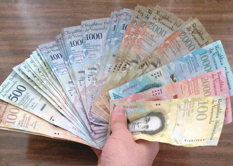 Abanico de billetes que suma 171.500 bolívares, el sueldo mínimo en Venezuela. Equivalen a unos dos dólares en el mercado negro, noviembre de 2017   Foto: Marco González