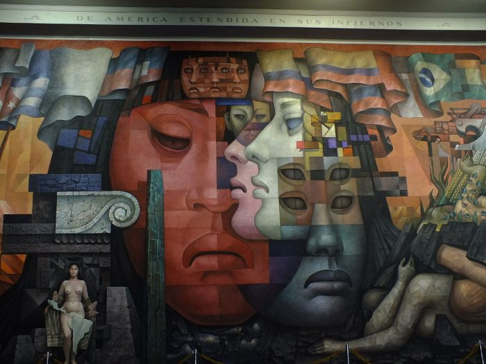 «Presencia de América Latina», detalle del mural de Jorge González Camarena, pintado en la Casa del Arte, Ciudad Universitaria de Concepción, Chile, en 1964-1965 | Foto: Farisoni, vía Wikicommons