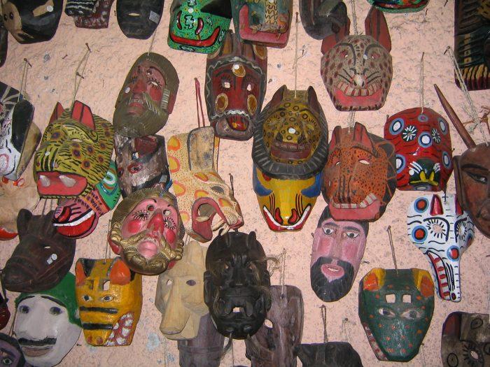 Máscaras de madera en Antigua, Guatemala