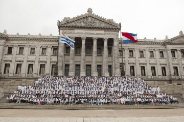 Escolares frente al Palacio Legislativo en Montevideo | Foto: Wikicommons