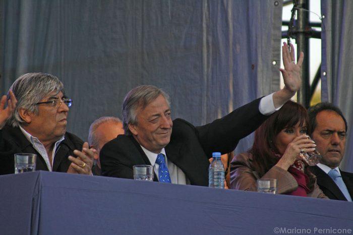 Hugo Moyano con Néstor Kirchner, Cristina Fernández y Daniel Scioli, del Frente Justicialista para la Victoria | Foto: Wikicommons