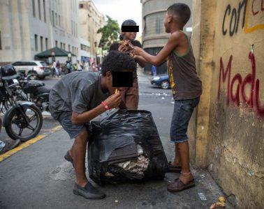 Niños comen basura en Caracas