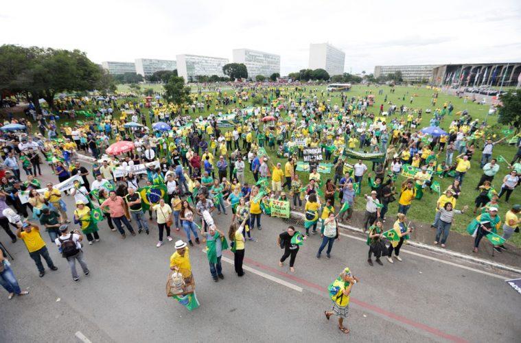 Manifestantes contra Lula protestan en la explanada de los Ministerios, en Brasilia | Foto: Fabio Rodrigues Pozzebom, EBC Agência Brasil