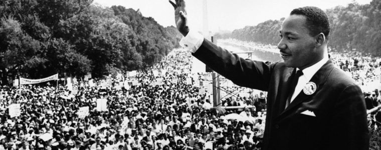 Martin Luther King se dirige a una multitud desde los escalones del Lincoln Memorial donde pronunció su famoso discurso «I Have a Dream» durante la marcha del 28 de agosto de 1963 en Washington DC, EUA