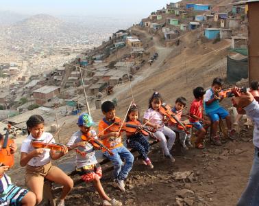 NIños y violines en el distrito de Pamplona Alta, Lima   Foto: Javier Altamirano
