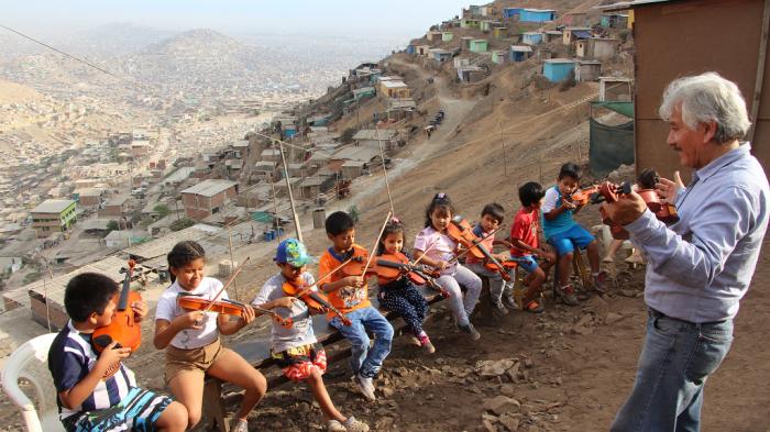 NIños aprenden a tocar el violín en San Juan de Miraflores, Lima | Foto: Javier Altamirano
