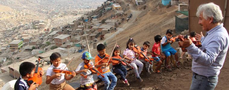 NIños y violines en el distrito de Pamplona Alta, Lima | Foto: Javier Altamirano