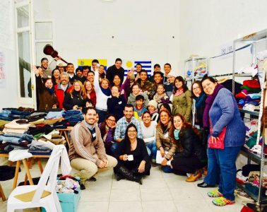 Voluntarios de la ONG Manos Veneguayas celebran al final de una jornada solidaria de recolección de ropa destinada a inmigrantes | Foto: Facebook de Manos Veneguayas