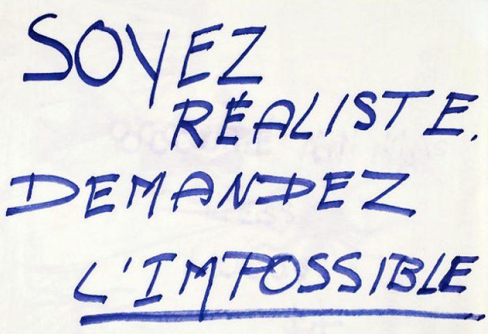 Manuscrito del lema de mayo de 1968 en París: «Seamos realistas, pidamos lo imposible» | Fuente: WikiCommons.