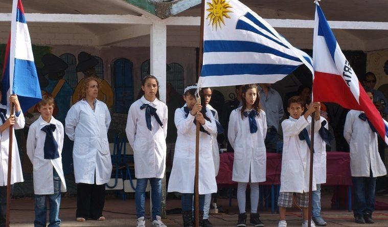 Niños abanderados de escuela publica uruguaya