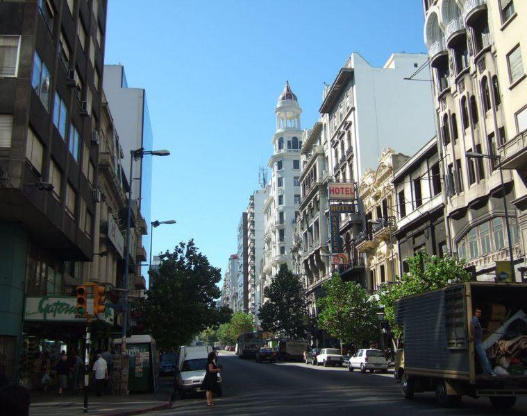 Calle céntrica de Montevideo | Foto: JohnSeb, vía Wikicommons