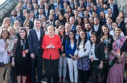 Grupo visitante acompañado por la canciller Angela Merkel | Foto: Harald Kirschner