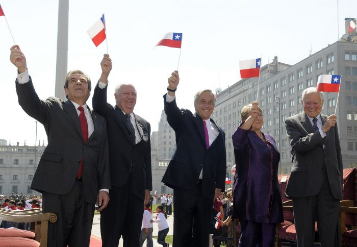 Los presidentes de Chile en democracia izan la gran bandera patria, 17.9.2010 | Foto: Gobierno de Chile. vía Wikicommons