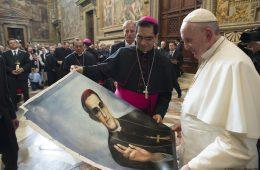 El papa Francisco observa una imagen de monseñor Óscar Arnulfo Romero