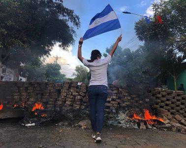 Protestas en Nicaragua frente a una barricada   Foto: VOA, vía Wikicommons