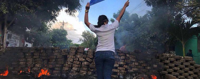 Protestas en Nicaragua frente a una barricada | Foto: VOA, vía Wikicommons