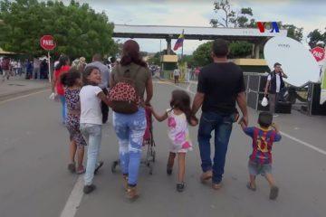 Familia venezolana en la frontera con Colombia | Foto: VOA, vía Wikicommons