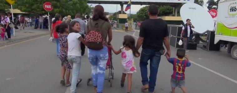 Familia venezolana en la frontera con Colombia   Foto: VOA, vía Wikicommons
