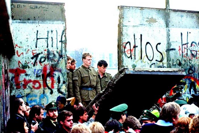 Caída del Muro de Berlín, 9 de noviembre de 1989 | Foto: Xizdos, vía Wikicommons
