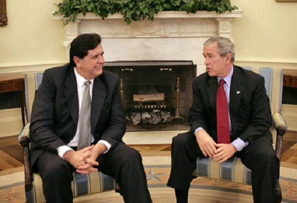 Alan García junto a George W. Bush en la Casa Blanca (2006)   Foto: Eric Draper, vía WikiCommons