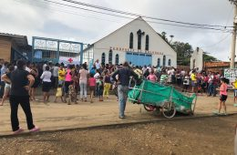 En Cúcuta, Colombia, refugiados venezolanos esperan frente al comedor Papa Francisco   Foto: Cristal Montanez, vía Flickr