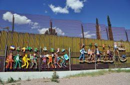 """""""Paseo de Humanidad"""", mural de los artistas Alberto Morackis, Alfred Quiroz y Guadalupe Serrano pintado sobre el lado mexicano del muro metálico en la ciudad de Nogales, Sonora   Foto: Jonathan McIntosh, vía Flickr"""