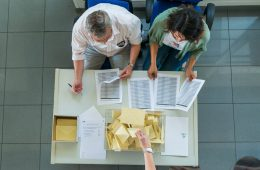 Mesa de escrutinio de votos   Foto: Canal Sur TV, vía Flickr