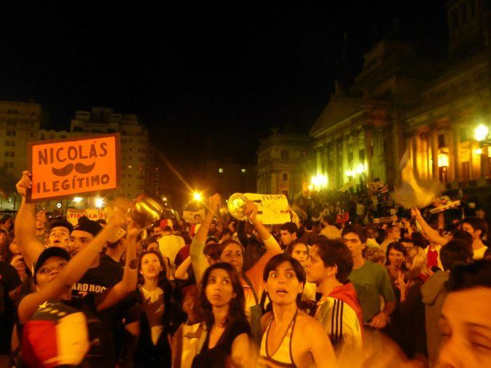 «Nicolás ilegítimo». Venezolanos en Buenos Aires denuncian fraude electoral | Foto: Leandro Kibisz, vía Flickr