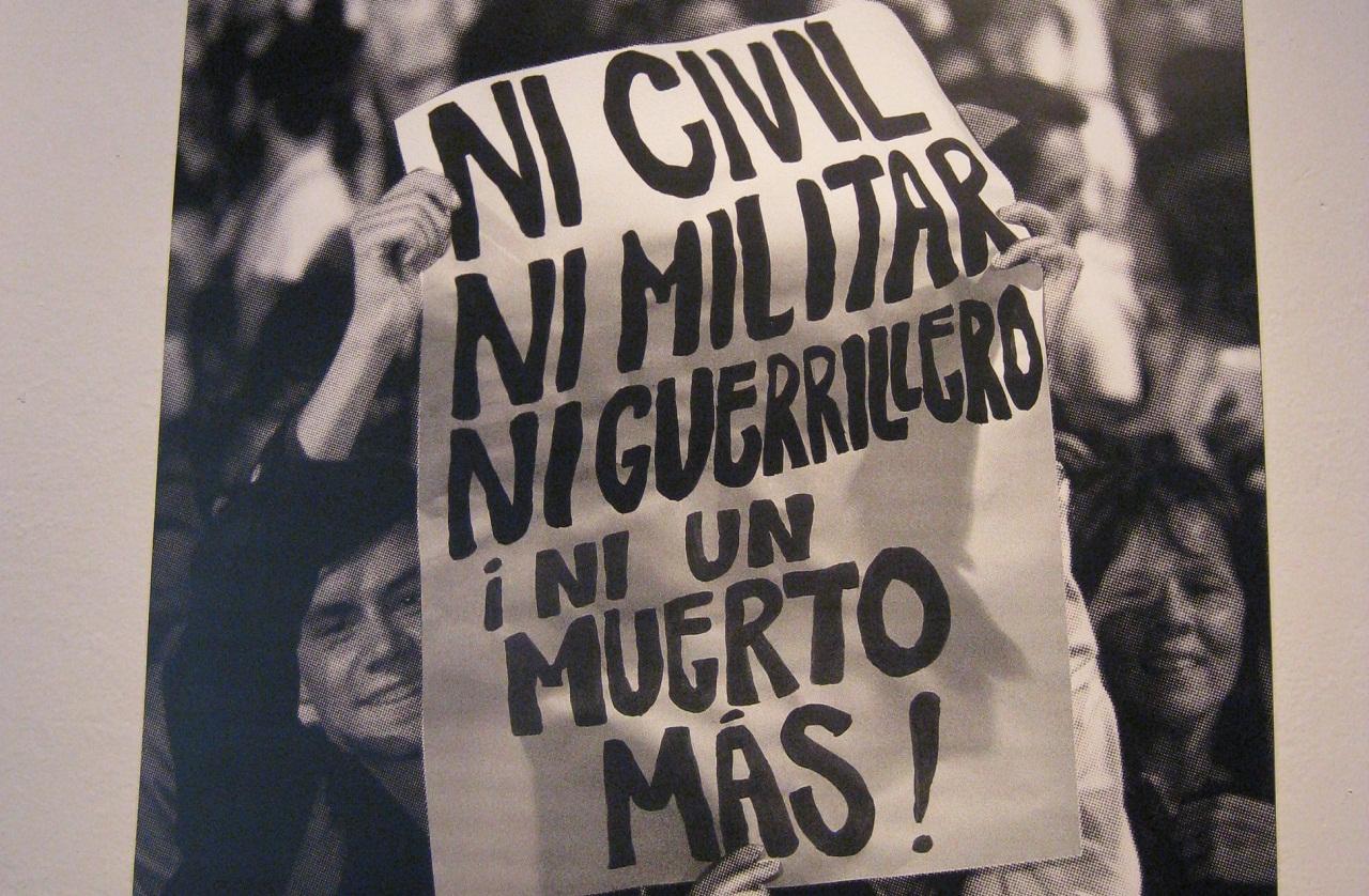 Fragmento de afiche de la exposición «El testigo» del fotógrafo Jesús Abad Colorado, sobre el conflicto colombiano. Fuente: José Alejandro Cepeda.