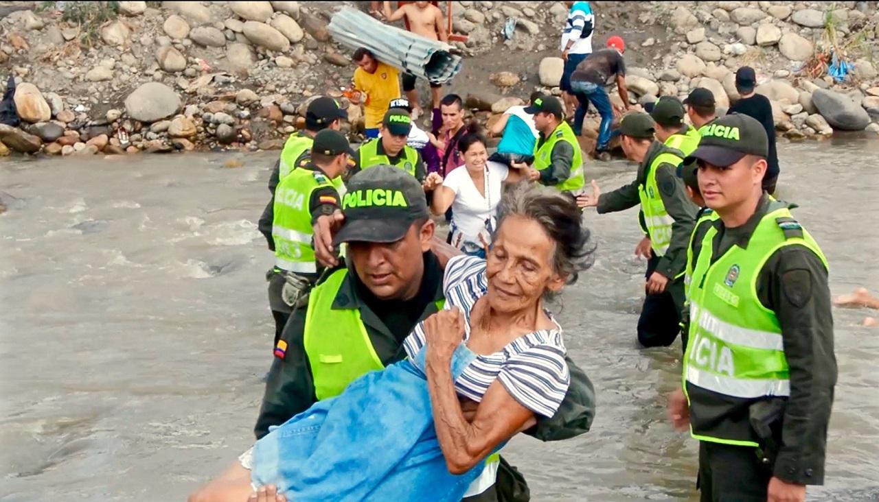 Anciana refugiada transportada por la Policía Nacional de Colombia a través del río desde Venezuela a Colombia | Foto: Policía Nacional de Colombia, vía WikiCommons
