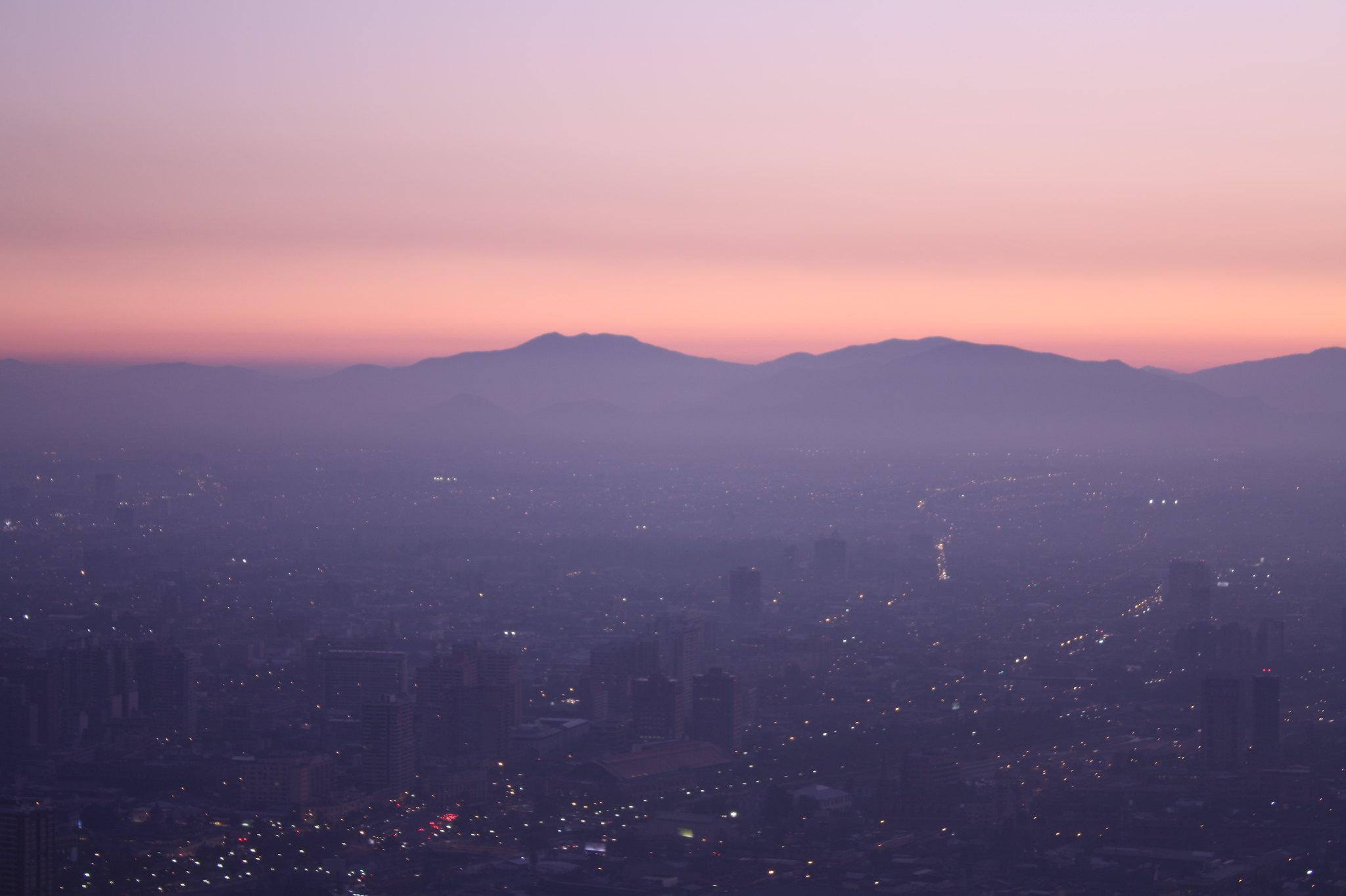 Atardecer y polución en Santiago, desde el cerro San Cristóbal | Foto: Jorge Gobbi, vía WikiCommons